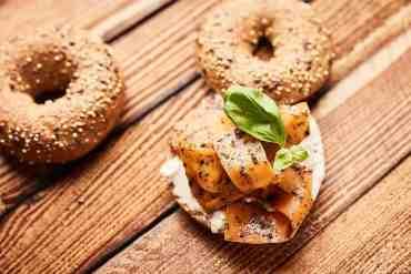 Veganer Karottenlachs auf knusprigem Bagel