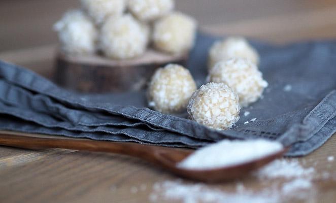 recept,zdravá výživa,cukroví,kokosové kuličky,bez lepku,kešu,kokos,kokosový olej,agáve sirup,mandle,kokosové mléko
