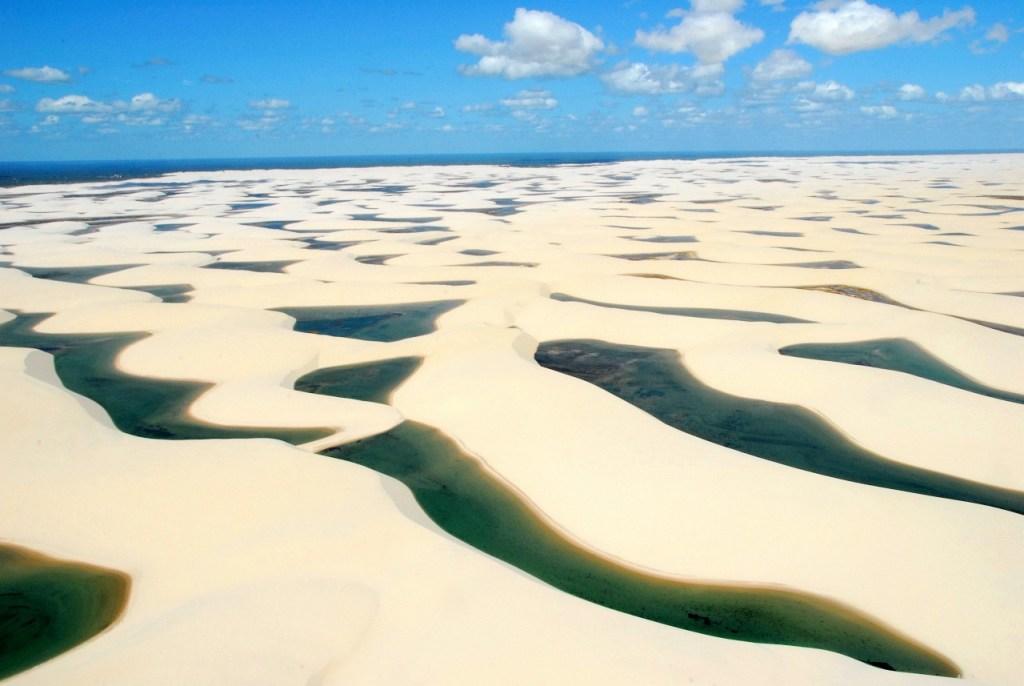 Centenas de lagoas de águas cristalinas em meio aos famosos Lençóis Maranhenses