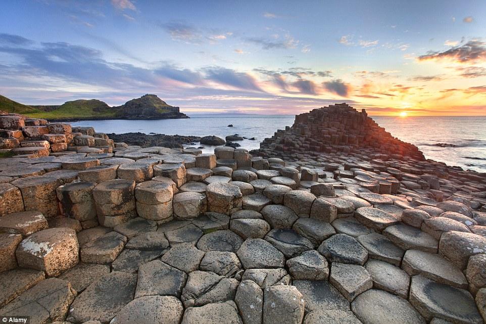 strangest-beaches-venuerific-blog-giants-causeway-ireland-giant-rocks