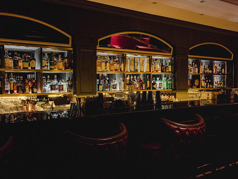 Modern and elegant interior bar design