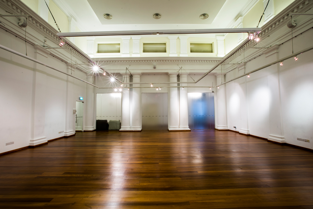 mulifunctional event space with high ceiling and spotlights