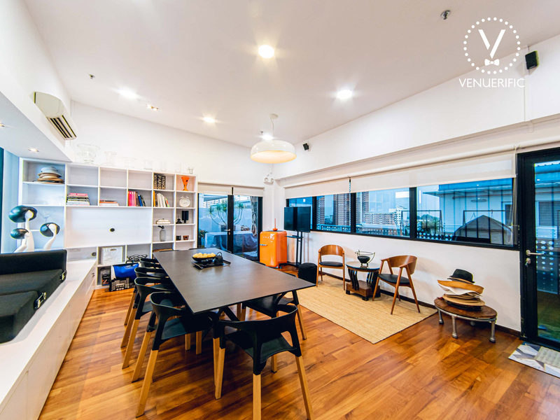 5 pax coworking space with tables and chairs