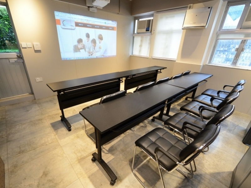 Customisable classroom setting with screen