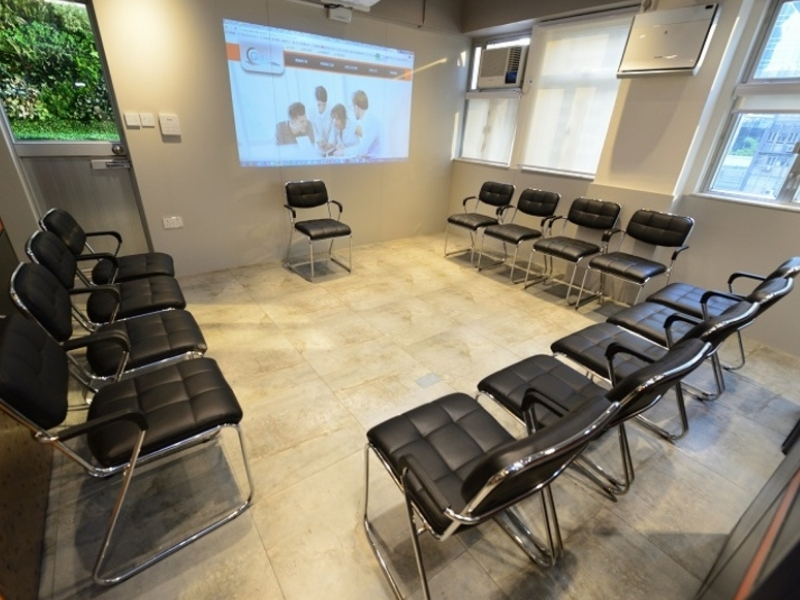 Spacious and functional meeting rooms with portable furnishings