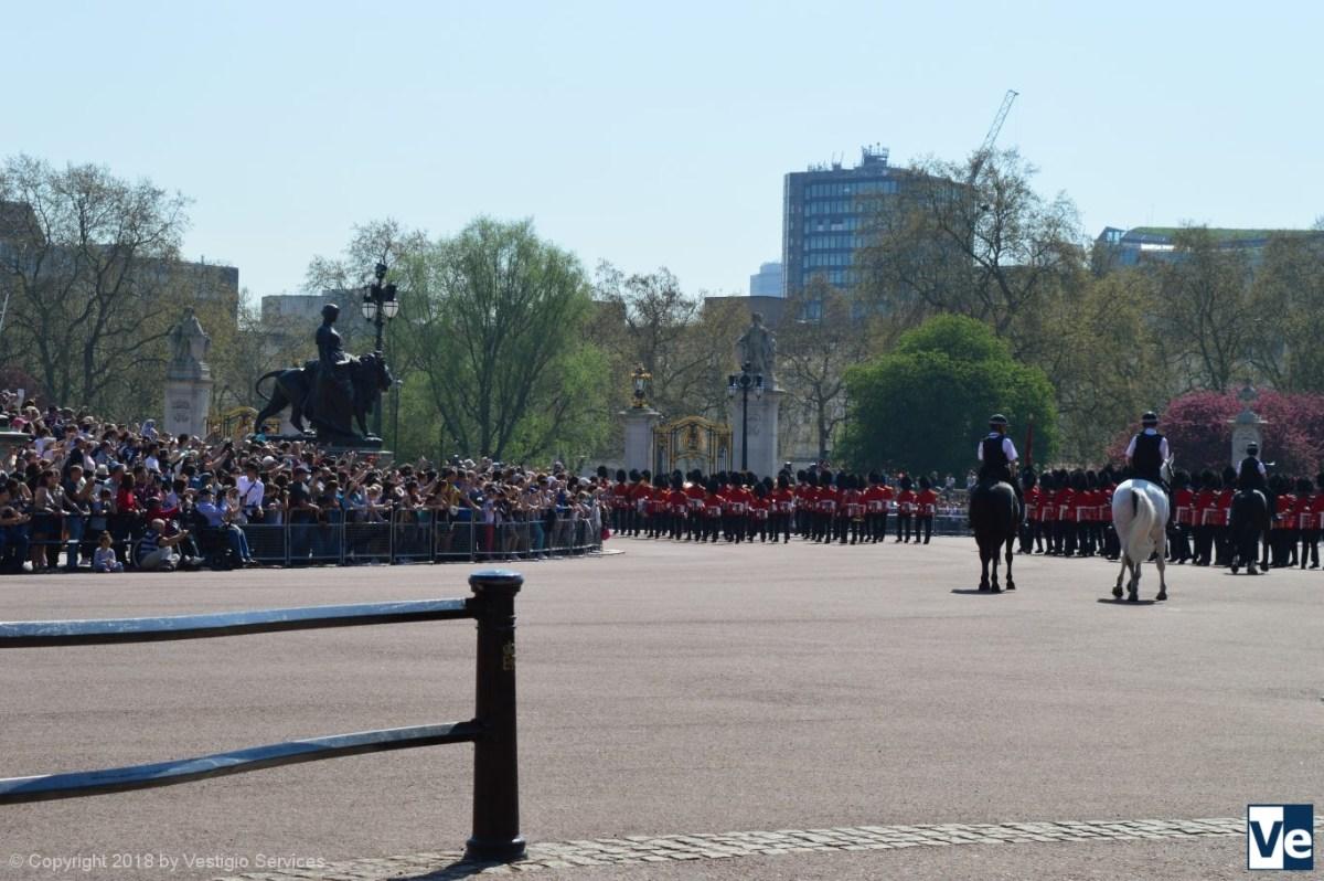 Смена караула возле Букингемского дворца: гвардейцы Королевы