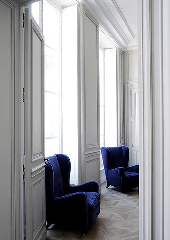 Deep bleu velvet fauteuil's in a Paris appartment, designed by Joseph Dirand