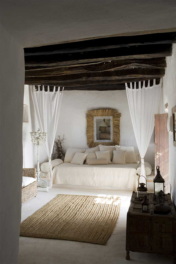 Beautiful monochrome interior with an Arabian touch and all natural colors - via My Paradissi