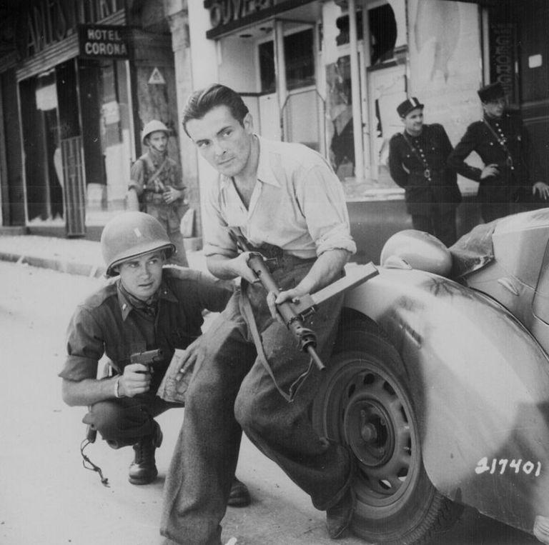 Član francuskog pokreta otpora priključen američkim snagama u oslobađanju Pariza 1944. godine - Izvor: Wiki