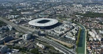Vue aérienne de Seine-Saint-Denis apercevant le Stade de France, le canal, l'A86 et l'avenue du Charles de Gaule