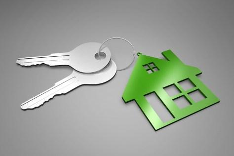 Llaves de inmueble que se entregan tras exitosa venta gracias a software inmobiliario.