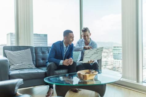 agente inmobiliario entrega servicios inmobiliarios de asesoría