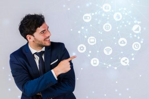 agente inmobiliario señala ideas de estrategias de marketing inmobiliario digitales
