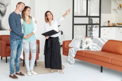 agente inmobiliario mostrando departamento