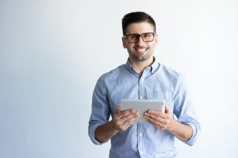 asesor inmobiliario usa medios digitales para su negocio