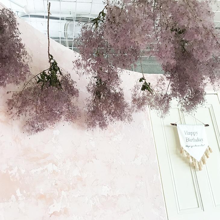 ピンクの漆喰の壁とお花がかわいい