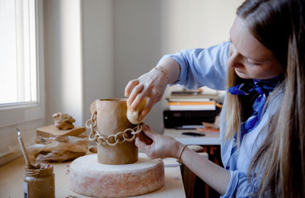 Fabrication d'un vase en céramique lors d'un atelier céramique Nantes