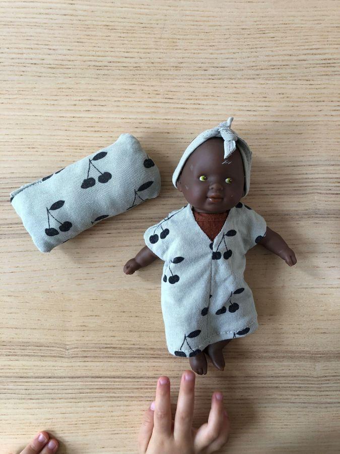 Le tee shirt devenu une robe pour poupée