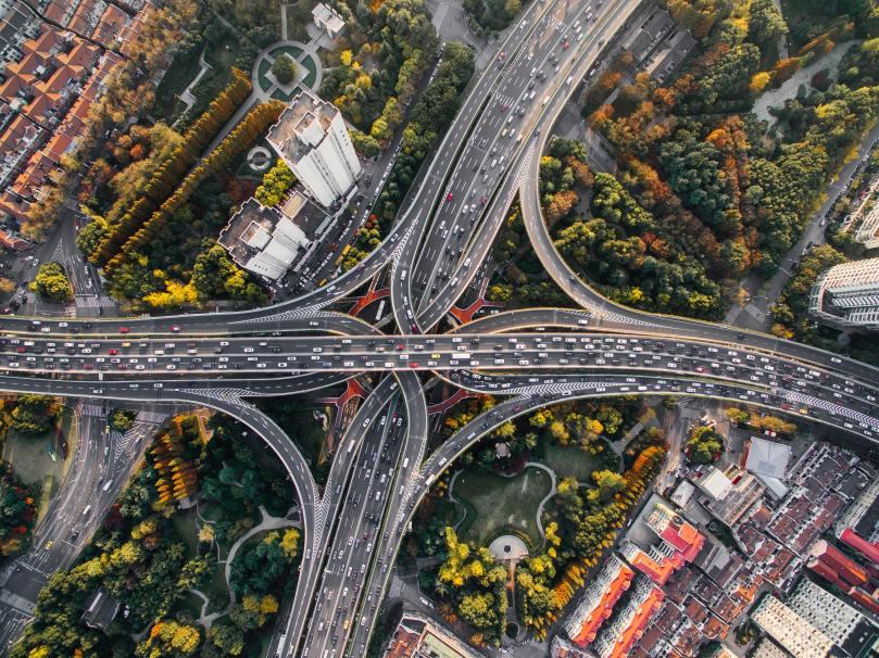 Enorme échangeur d'autoroute vu du ciel