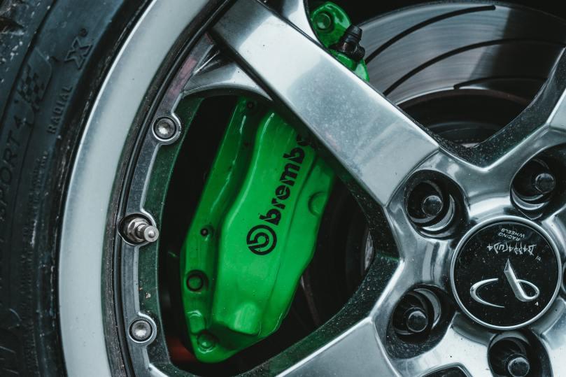 Freins d'une belle voiture, de couleur verte