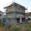 Eingerüstetes Wasserstationsgebäude im Bf Freital-Birkigt.