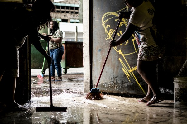 Groups of residents alternate in the weekly cleaning of the Prestes Maia common areas. (c) Gustavo Basso/WITNESS