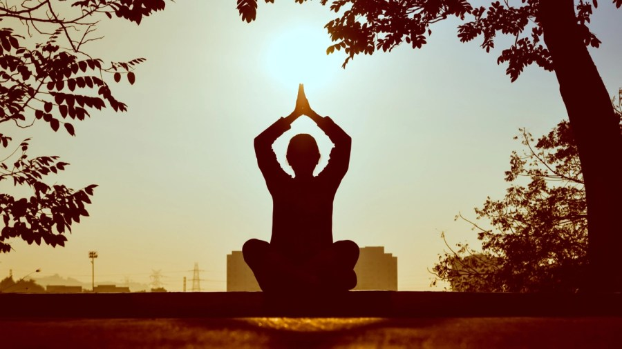 reducir el estrés con yoga