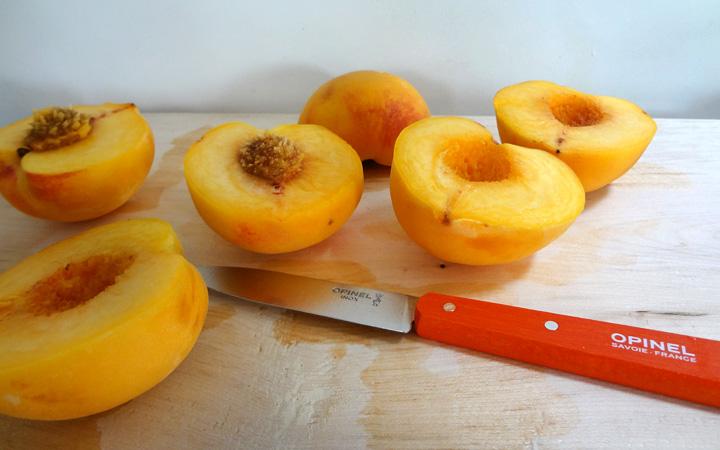 Pfirsiche mit Opinel Messer halbieren