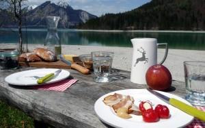 Tisch am See mit Gmundner Keramik Grauer Hirsch