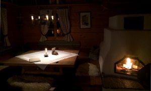 almdorf-seinerzeit-huette-abend