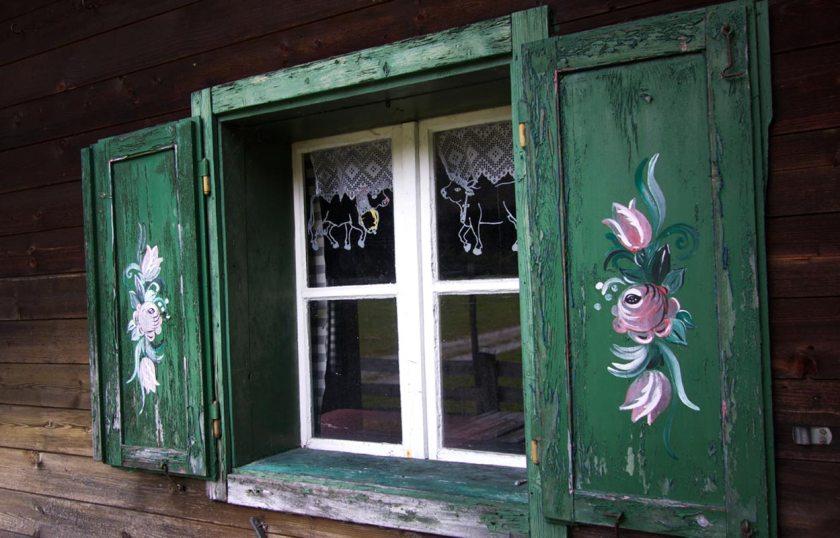 Fenster mit Bauernrosen - Alte Tschangelair Alm Stubai