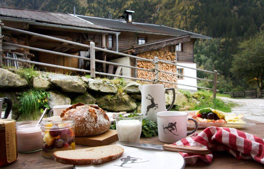 Frühstück vor der Hütte mit Gmundner Keramik von Wohlgeraten