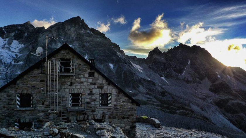Abendsonne hinter der Cabane de Moiry und dem angrenzenden Gletscher (Foto: st-bergweh.de)