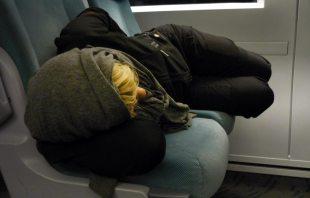 Schlafen auf der Bahnfahrt