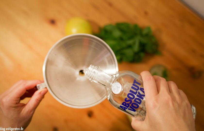 Wodka zugießen
