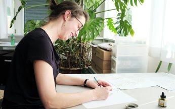 Claudia Kott beim Zeichnen