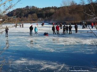 Eislaufen und Eisstockschießen auf Natureis