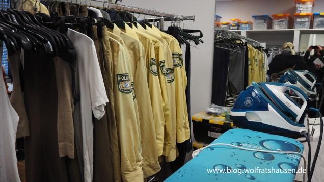 In der Kleiderkammer bei Hubert und Stallermmer wird abgesteckt und gebügelt.