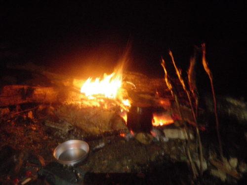夜は焚き火で温かい