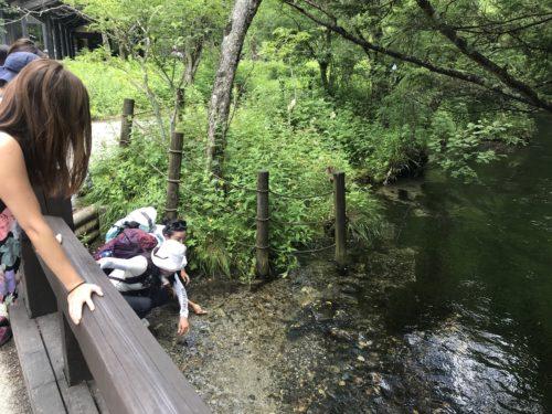 清水川におりて、清水をいただきます。美味しい〜〜とみなさん
