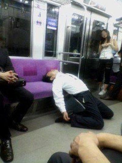 Gente-strana-addormentata-18