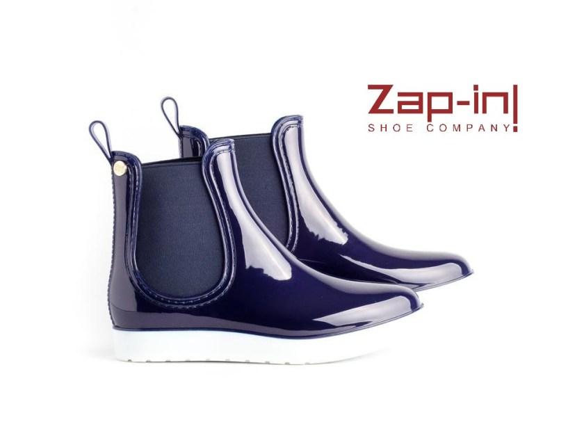 Botas de agua o katiuskas Gioseppo para chica tipo chelsea con efecto acharolado en color azul con piso de goma blanco.