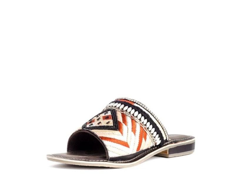 Sandalias planas negras y blancas Traveris KG 4457