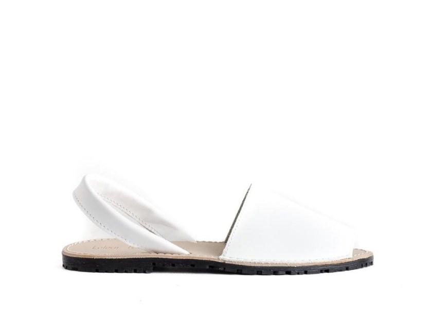 sandalias blancas planas de mujer estilo menorquinas