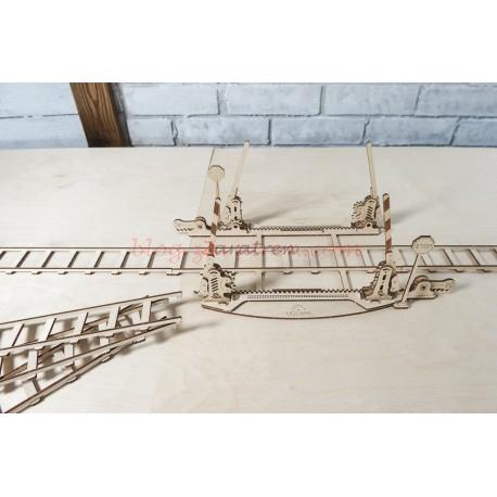 Ugears - Paso a nivel con juego de vías, Fabricado en madera contrachapada, Montaje sin cola, Escala 1:32, Ref: 70014