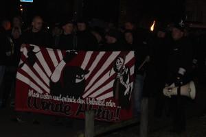 """Kreisvorsitzender """"Die Rechte Harz"""" Ulf Ringleb als Ordner mit Megaphon bei einer Anti-Asyl-Demo in Dessau"""