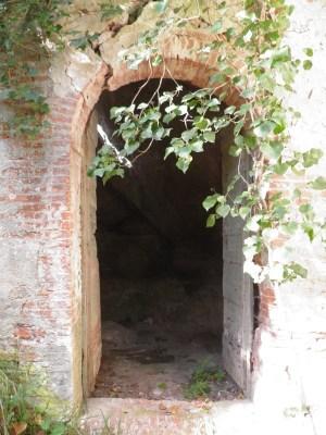 Entrata nella casa della roccia a Uliveto Terme