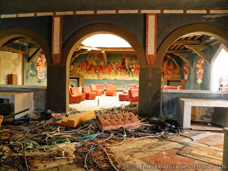 sala principale - La discoteca abbandonata di Re Artù :  Excalibur!