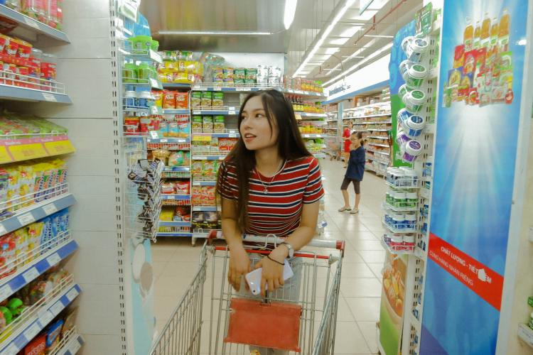 A woman looking at items while grocery shopping