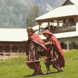 اڑنگ کیل میں سکول سے واپس گھروں میں جاتے بچے - تصویر: احراز سلیم